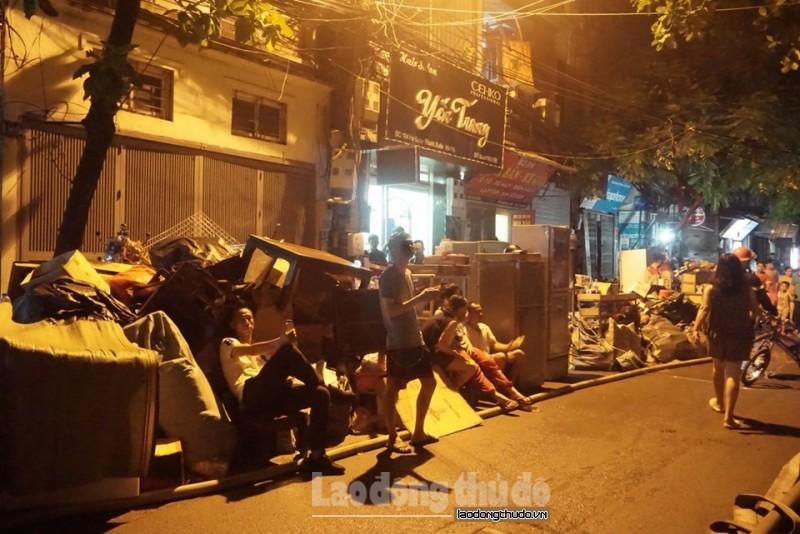 Người dân sơ tán, chất đồ đầy đường sợ cháy lan
