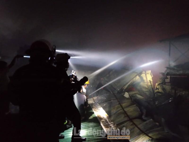Lực lượng chức năng cùng người dân chung sức cứu lửa