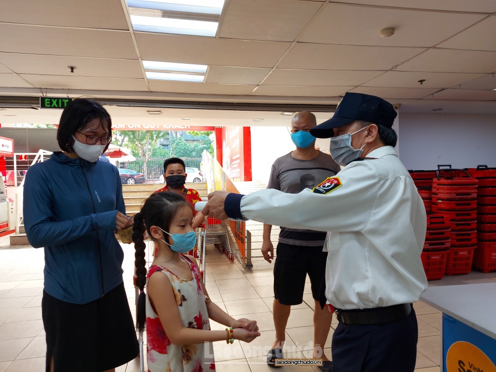 Người dân Hà Nội đồng hành cùng chính quyền phòng chống dịch Covid-19