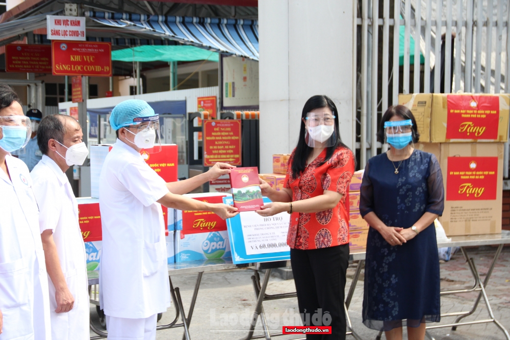 Chủ tịch Ủy ban Mặt trận Tổ quốc Việt Nam Thành phố trao hỗ trợ tới Bệnh viện Phổi Hà Nội
