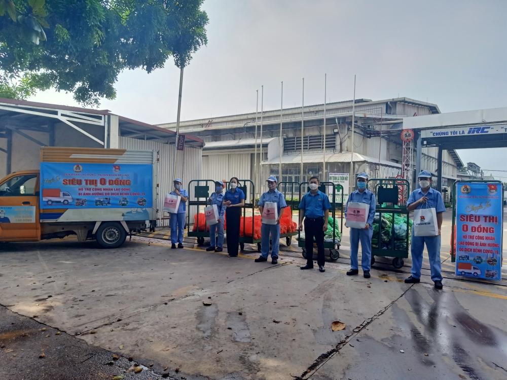 """""""Chuyến xe Siêu thị 0 đồng"""" đem 200 suất quà hỗ trợ người lao động đặc biệt khó khăn huyện Mê Linh"""
