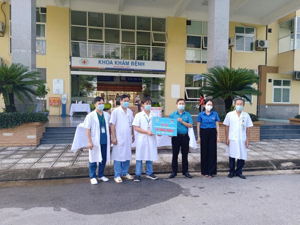Huyện Mê Linh thăm, tặng quà cho lực lượng tuyến đầu chống dịch Covid-19