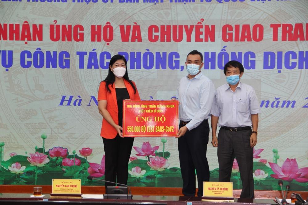 Chuyển giao 50 máy thở và trang thiết bị phòng, chống dịch tới cơ sở y tế