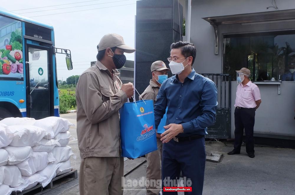 """Trao 1.200 """"Túi An sinh Công đoàn"""" cho người lao động trên địa bàn huyện Sóc Sơn"""