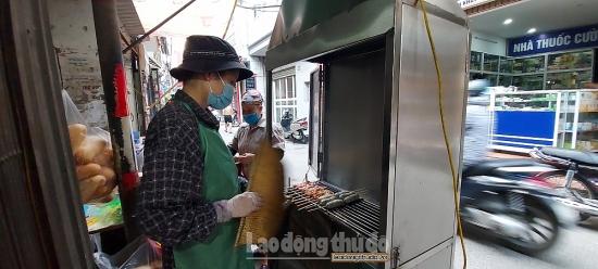 Nối nghề mẹ chồng, cô gái bỏ việc về bán hàng nghìn xiên thịt nướng, dồi sụn mỗi ngày