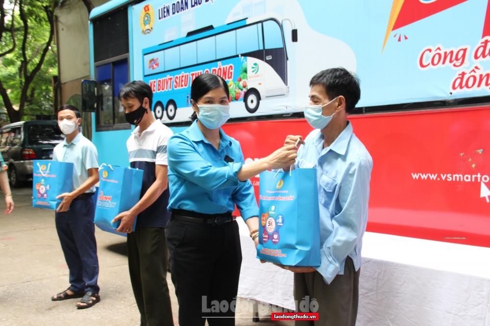 """Chương trình """"Xe buýt siêu thị 0 đồng"""" sẻ chia khó khăn với giáo viên, nhân viên ngành Giáo dục Hà Nội"""