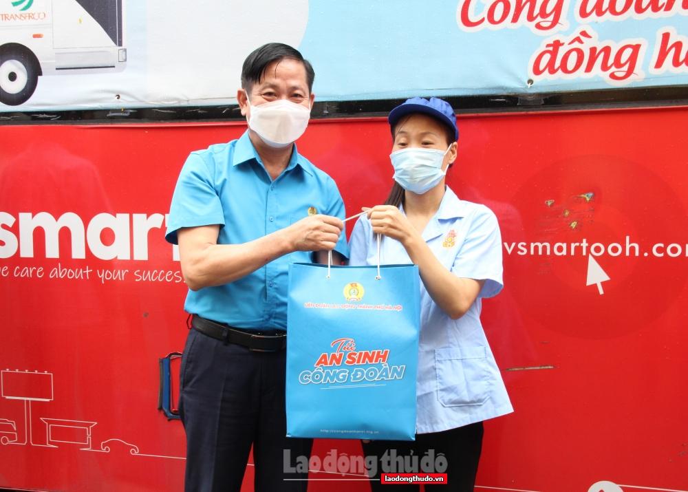"""500 """"Túi An sinh Công đoàn"""" đến với người lao động ngành Dệt may Hà Nội"""