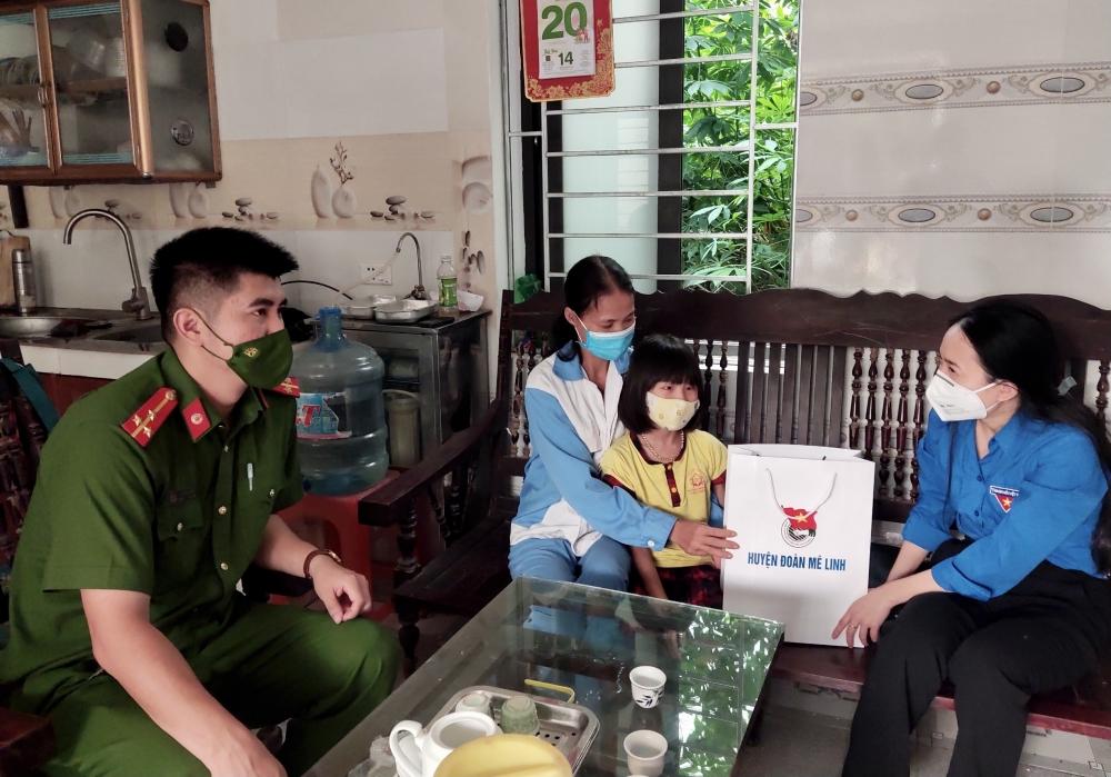 Huyện đoàn, Hội đồng đội huyện Mê Linh tặng quà Trung thu cho thiếu nhi