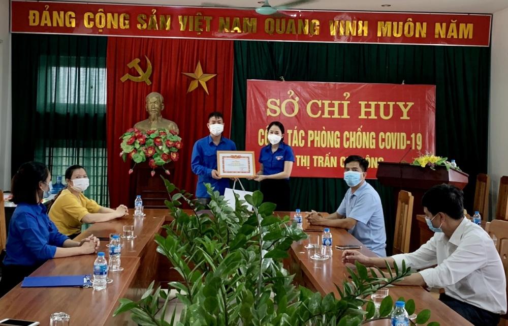 Huyện đoàn Mê Linh khen thưởng đột xuất đoàn viên dũng cảm đấu tranh phòng, chống ma túy