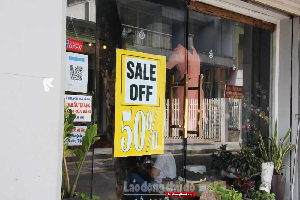 Các cửa hàng quần áo thời trang mở cửa trở lại, nhiều sản phẩm giảm giá sâu