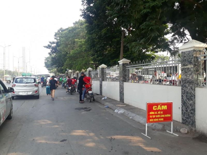 Xe ôm, taxi vẫn đón trả khách trước biển cấm