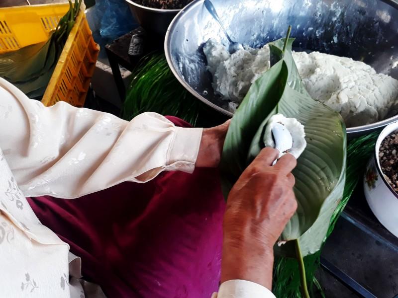 Điều đặc biệt làm nên hương vị đặc trưng cho bánh răng bừa Văn Giang là sự hòa hợp của 2 loại gạo si 23 và gạo tẻ thơm.