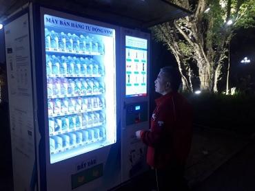 """Cây bán nước tự động dẹp nạn """"chặt chém"""" trên phố đi bộ Hồ Gươm"""