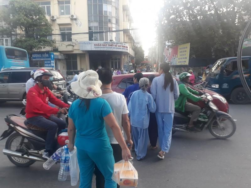 Người dân ngó lơ cầu vượt, băng qua đường cổng Bệnh viện K