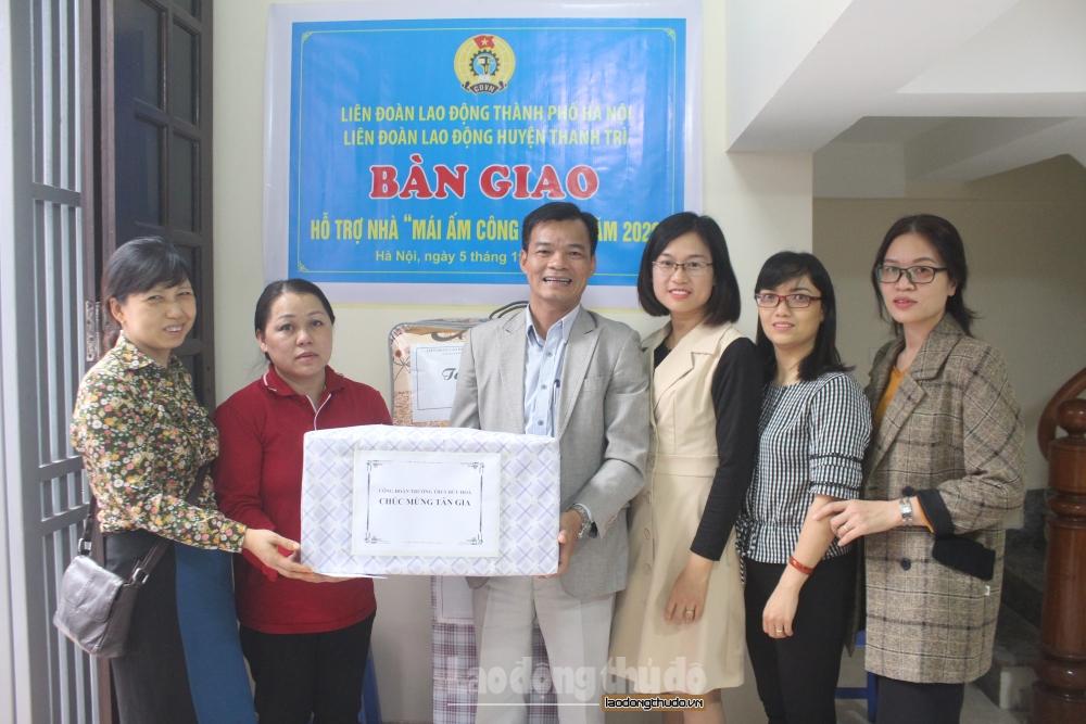 """Trao """"Mái ấm Công đoàn"""" cho đoàn viên công đoàn Trường Trung học cơ sở Hữu Hòa"""