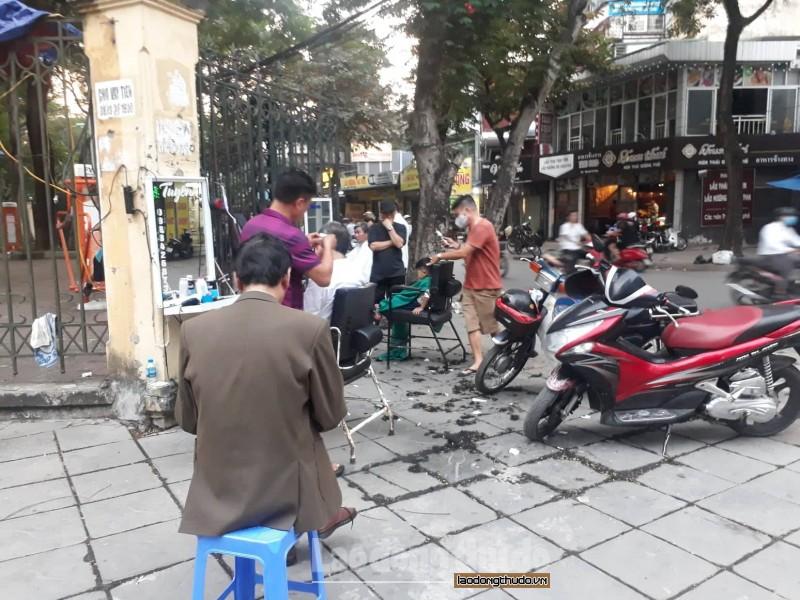 Vỉa hè công viên Nghĩa Đô bị lấn chiếm nghiêm trọng