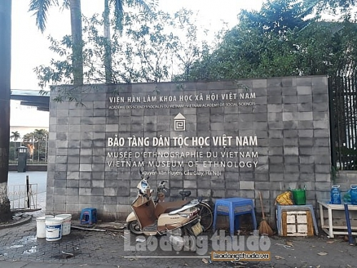 Nhếch nhác cổng Bảo tàng dân tộc học Việt Nam