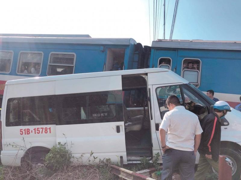 Va chạm giữa tàu hỏa và ô tô khách khiến 5 người bị thương