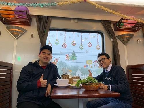 Không khí Noel tràn ngập trên các toa tàu, hành khách thích thú