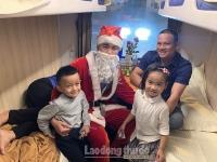 Hành khách bất ngờ vì được ông già Noel tặng quà trong đêm Giáng Sinh