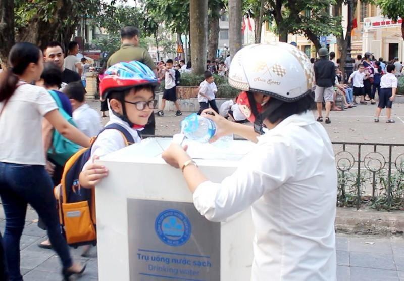 Du khách thích thú với vòi nước uống công cộng