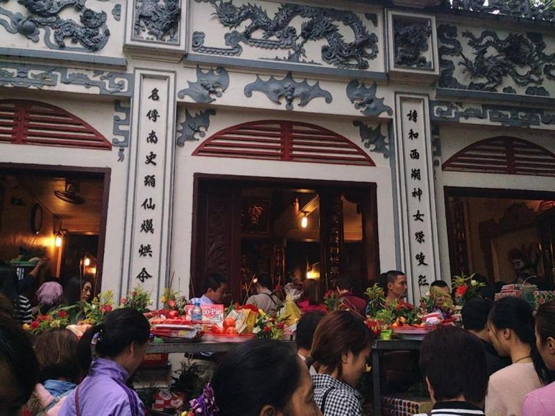Người Hà Nội tấp nập đi lễ Phủ Tây Hồ ngày đầu tháng