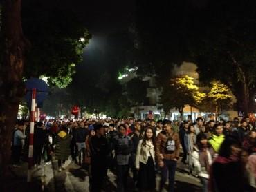 Hàng vạn người đổ về phố đi bộ Hồ Gươm đón năm mới 2018