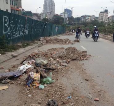 """Nhiều đống phế liệu xây dựng nằm """"chình ình"""" giữa lòng đường"""