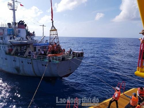 Lực lượng Hải quân dùng rọ chuyển người, quà Tết lên nhà giàn DK1