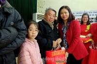 Trưởng Ban Dân vận Thành ủy Nguyễn Thị Tuyến thăm, tặng quà các gia đình chính sách tại xã Đồng Tâm