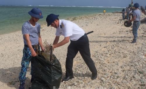 Lính hải quân chung tay làm sạch môi trường biển