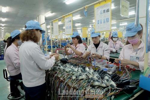 Công nhân hăng say lao động ngay sau kỳ nghỉ Tết