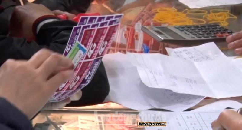 nguoi dan do xo di mua the cao khuyen mai 50 lan cuoi