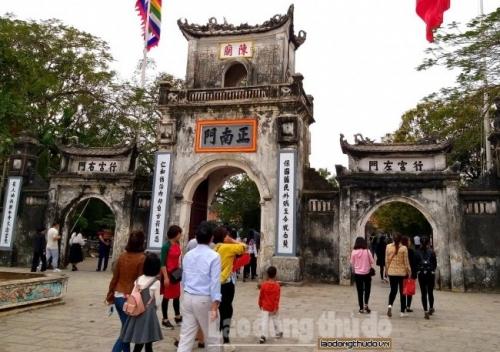 Nam Định: Du khách đến đền Trần đi lễ cầu may ngay trong những ngày đầu năm