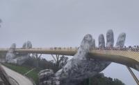 Du khách mê mẩn trước khung cảnh cầu Vàng Đà Nẵng mờ ảo trong sương