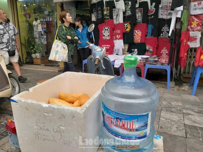 cua hang tai pho co ha noi ban ao in hinh donald trump kim jong un de lam tu thien