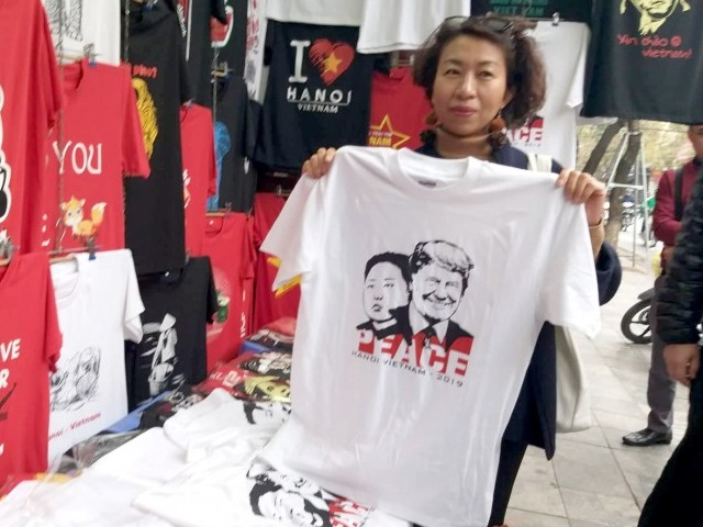 Người dân hào hứng mua áo in hình ông Donald Trump và Kim Jong Un