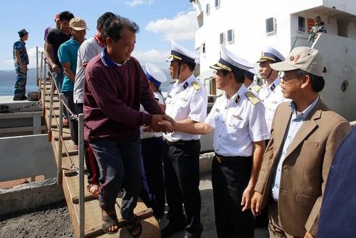 Tàu Hải quân đưa 33 ngư dân gặp nạn vào bờ an toàn