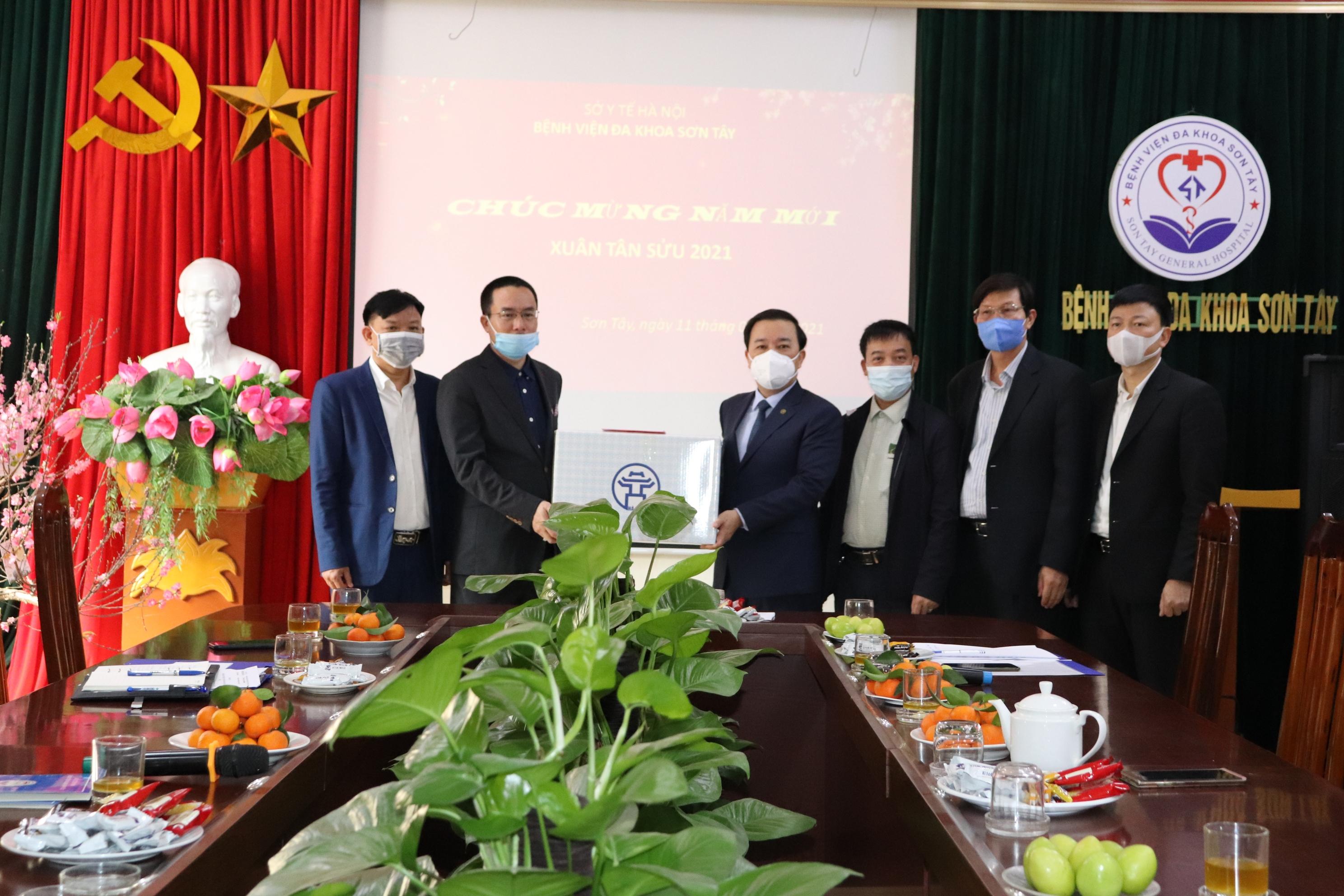 Lãnh đạo Thành phố thăm, chúc Tết bệnh nhân, cán bộ, y bác sĩ Bệnh viện đa khoa Sơn Tây