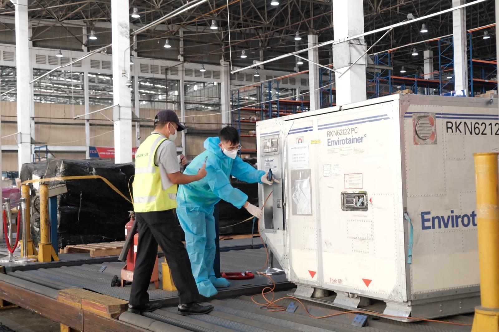 Cận cảnh lô vắc xin phòng dịch Covid-19 đầu tiên về sân bay Tân Sơn Nhất