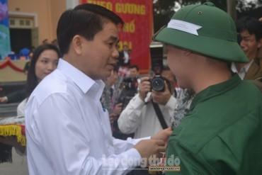 Chủ tịch UBND TP Hà Nội động viên tân binh nhập ngũ