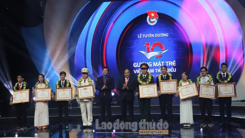 Thủ tướng Nguyễn Xuân Phúc trao Giải thưởng Gương mặt trẻ Việt Nam tiêu biểu năm 2017