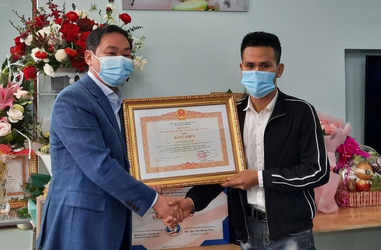 Lãnh đạo thành phố Hà Nội trao Bằng khen của Thủ tướng Chính phủ cho anh Nguyễn Ngọc Mạnh