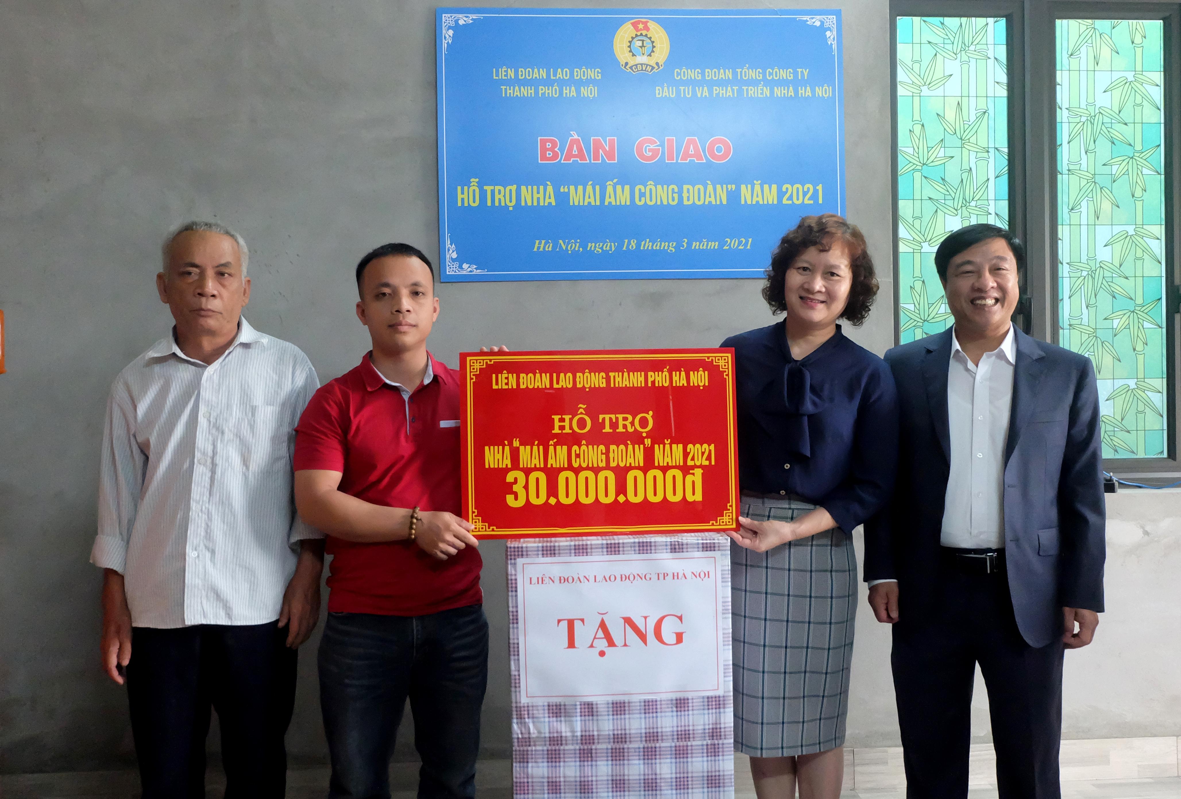 """Trao hỗ trợ """"Mái ấm Công đoàn"""" cho đoàn viên Công đoàn Tổng Công ty Đầu tư và Phát triển nhà Hà Nội"""