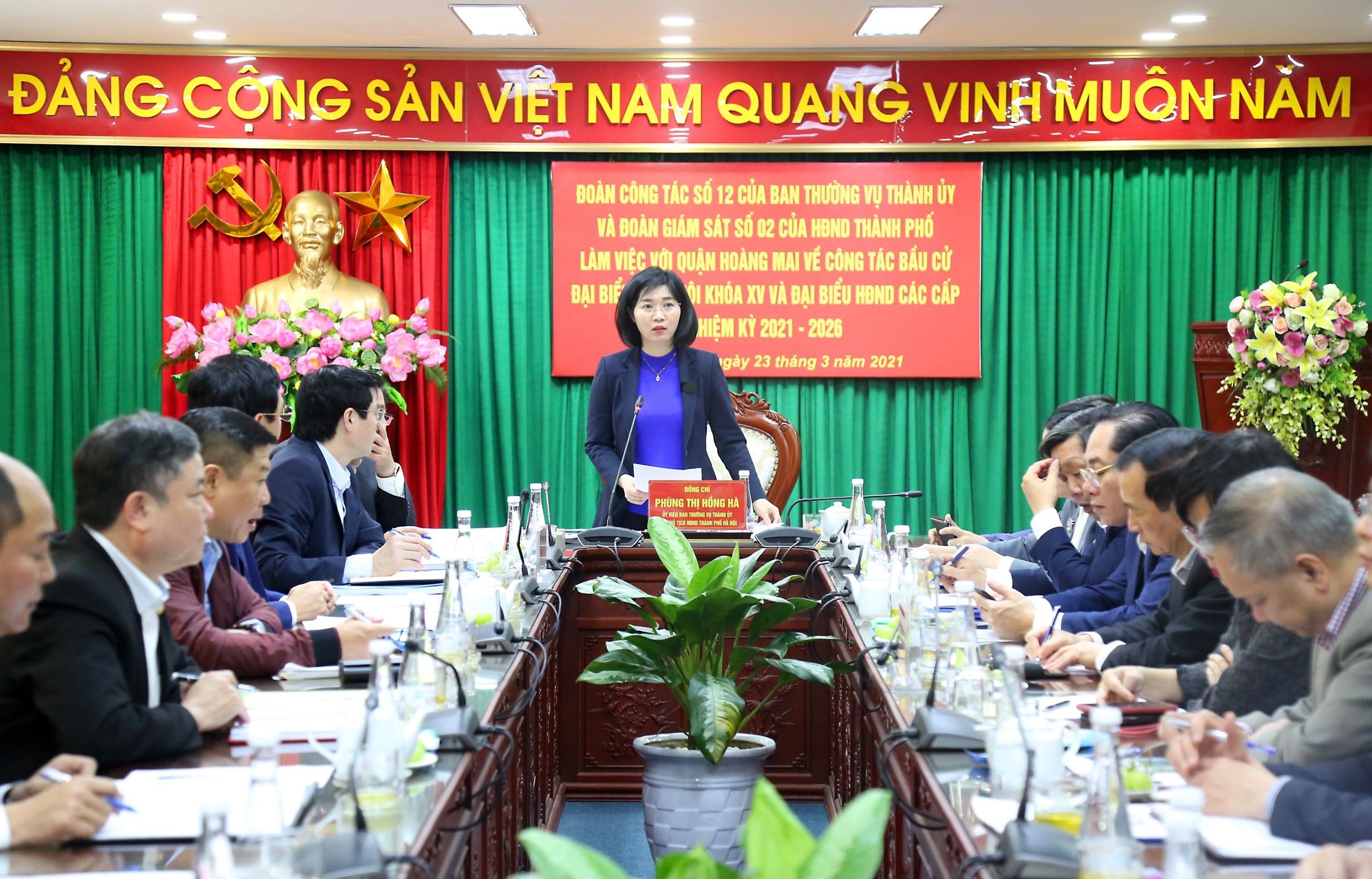 Phó Chủ tịch Hội đồng nhân dân Thành phố Phùng Thị Hồng Hà kiểm tra công tác bầu cử tại quận Hoàng Mai