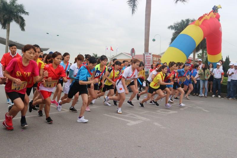 Hàng nghìn người lao động tham gia Giải chạy tiếp sức Ekiden KCN Thăng Long