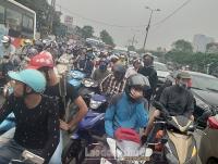 Người dân ùn ùn đổ về Thủ đô sau nghỉ lễ giỗ tổ Hùng Vương