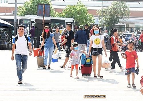 Người dân lỉnh kỉnh đồ đạc rời Thủ đô về quê nghỉ lễ