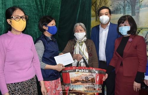 Quận Hoàn Kiếm: Thăm, tặng quà các gia đình chính sách, hộ có hoàn cảnh khó khăn