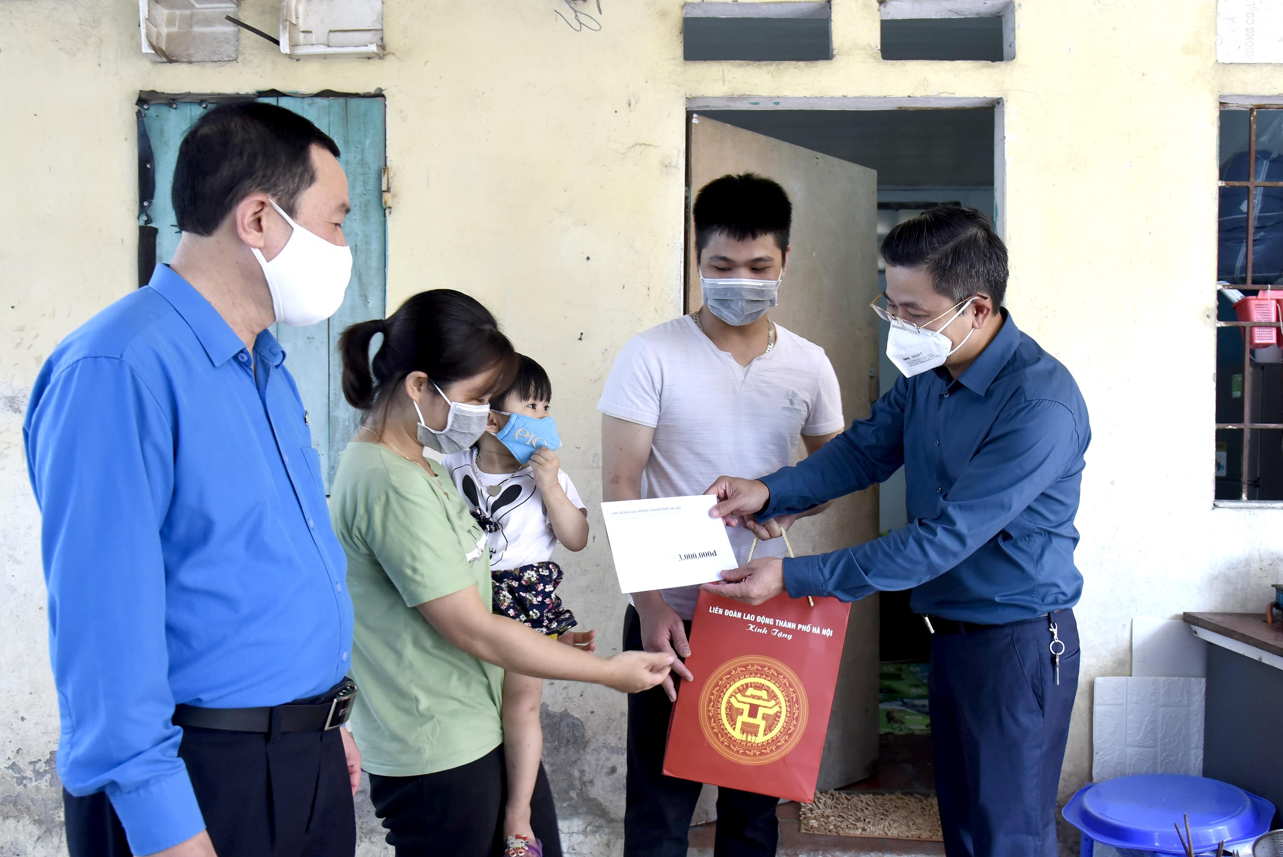 Chủ tịch Liên đoàn Lao động Thành phố thăm, tặng quà công nhân lao động có hoàn cảnh khó khăn